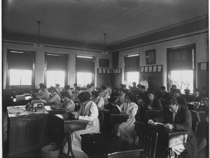 955px-Miss_Robertson's_School_Room,_1913_-_NARA_-_251732